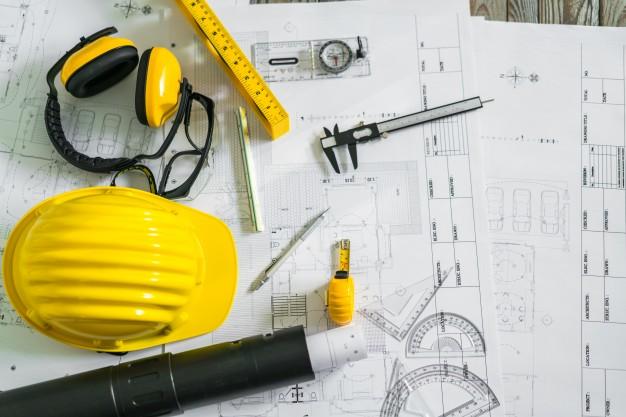 planos-de-construcao-com-capacete-e-ferramentas-de-desenho-em-plantas_1232-4301